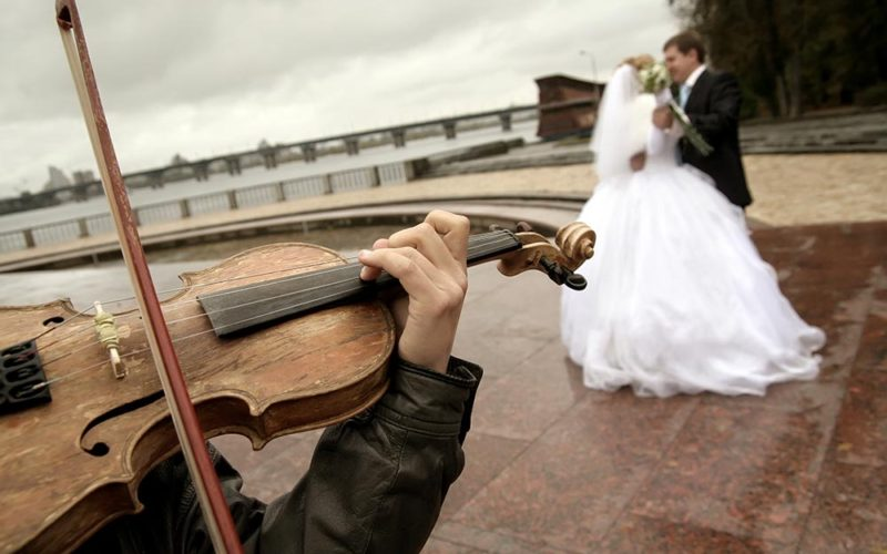 10 tips for picking your wedding reception music playlist